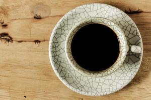Kaffeetasse auf Holztisch mit Kopierraum.