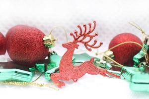 Weihnachtshintergrund mit roter Kugel und Kopierraum foto