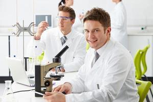 Techniker, die im Labor forschen foto