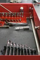Innenraum des Werkzeugkastens mit Werkzeugen. Speicherplatz kopieren. Vertikale. foto