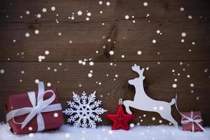 rote Weihnachtskarte mit Dekoration, Kopienraum, Schneeflocken, Schnee foto