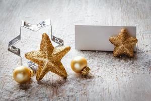 Weihnachtsstillleben auf Holz, Tischkarte, Kopierraum foto