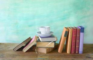 Bücher mit einer Tasse Kaffee, freier Speicherplatz