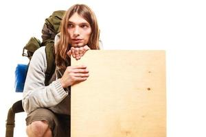 Mann Wanderer Backpacker mit leeren Holzkopie Raumanzeige foto