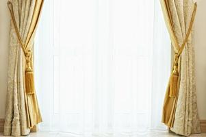 Luxusvorhang mit einem Kopierraum in der Mitte