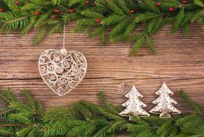 Weihnachtshintergrund. Weihnachtsbaum, Dekoration, hölzerner Hintergrund, Kopienraum. getönt
