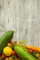 schönes frisches Gemüse auf rustikalem Holztisch mit Kopierraum foto