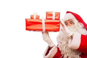Weihnachtsmann mit Geschenken lokalisiert auf Weiß, mit Kopienraum foto