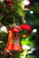 Weihnachtsverzierung mit beleuchtetem Baum im Hintergrund, Kopienraum foto
