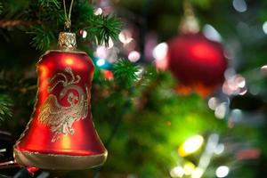 Weihnachtsverzierung mit beleuchtetem Baum im Hintergrund, Kopienraum