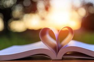 Nahaufnahme Buch auf dem Tisch in der Sonnenuntergangszeit foto