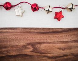Sterne und Glocken, Weihnachtsdekoration auf Leinen, Holz, Kopierraum foto