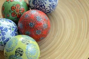 Keramikkugeln auf Holzplatte für dekorative mit Kopierraum foto