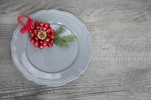 grauer Weihnachtsteller auf Holztisch. Draufsicht. Speicherplatz kopieren. foto
