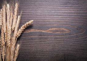 Kopieren Sie Raumbild von Weizenroggenohren auf hölzernem Hintergrund foto