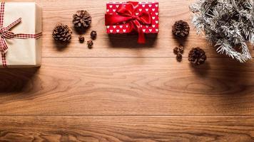 magischer Weihnachtsthemahintergrund, auf Holztisch mit Kopienraum foto
