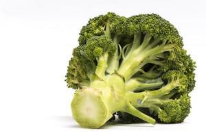 schließen Sie herauf Brokkoli lokalisiert auf weißem Hintergrund mit Kopienraum foto