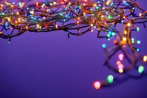 Weihnachtslichter auf dunkelblauem Hintergrund mit Kopienraum. Dekora