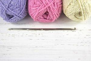 Garn Wolle Pastellfarben mit Häkelnadel und Kopierraum foto