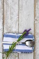 Silberbesteck auf blau-weißer Lavendelserviette mit Kopierraum foto