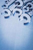 vertikale Kopierraumansicht von rostfreien Schraubenschlüsseln auf Metall foto