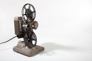 Vintage Filmprojektor auf einem weißen Hintergrund mit Kopienraum foto