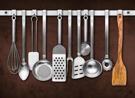 küchenwerkzeuge vor brauner wand foto