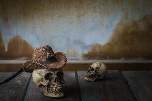Schädel auf dem Tisch. foto