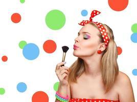 Make-up, das Nahaufnahme anwendet. kosmetischer Puderpinsel. foto