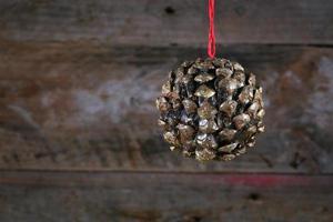 Kugelform Tannenzapfen Weihnachtsdekoration auf altem rustikalem Hintergrund foto