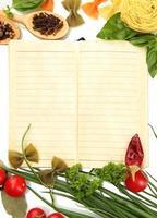 Buch für Rezepte, Gemüse und Gewürze, isoliert auf Weiß foto