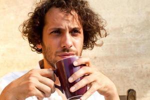 Mann trinkt eine Tasse Tee foto