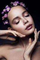 schönes Mädchen mit violetten Blüten. foto