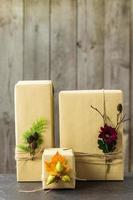 braune Papierpakete mit Schnur zusammengebunden
