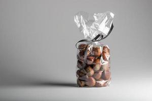 elegantes Geschenk von frischen Kastanien mit Kopierraum foto