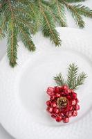Weihnachten weiße Platte. Draufsicht mit Kopierraum. foto