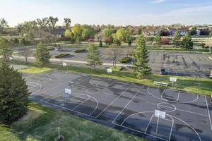 Luftaufnahme von Basketballplätzen und Park foto