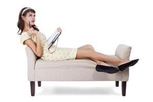 Kunststudent auf Chaiselongue mit Kopierraum foto
