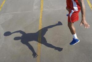 Basketballspieler springt mit Ball foto