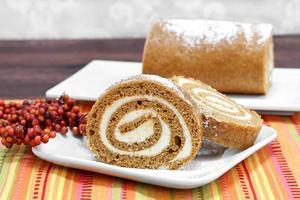 Kürbisbrötchen-Kuchen, selektiver Fokus und Kopierraum. foto