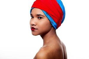 Frau mit roten Lippen und Material auf dem Kopf foto