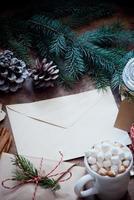 Weihnachtsumschlag mit einem Brief foto