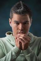 Mann, der sich mit lässigem Pullover im Winter aufwärmt foto