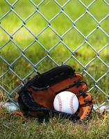 Baseball im Handschuh auf Gras foto