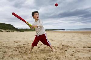 Junge spielt Softball foto