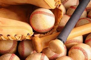 Vintage Baseball-Ausrüstung, Schläger, Bälle, Handschuh foto