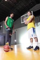 Basketballspieler halten den Ball foto