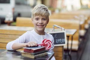 Junge mit einer Süßigkeit