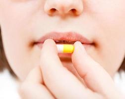 Patient nimmt Pilule foto