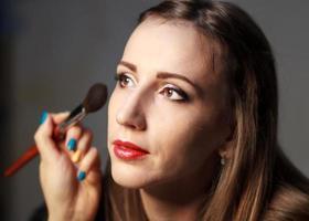 professionelles Make-up im Studio. foto